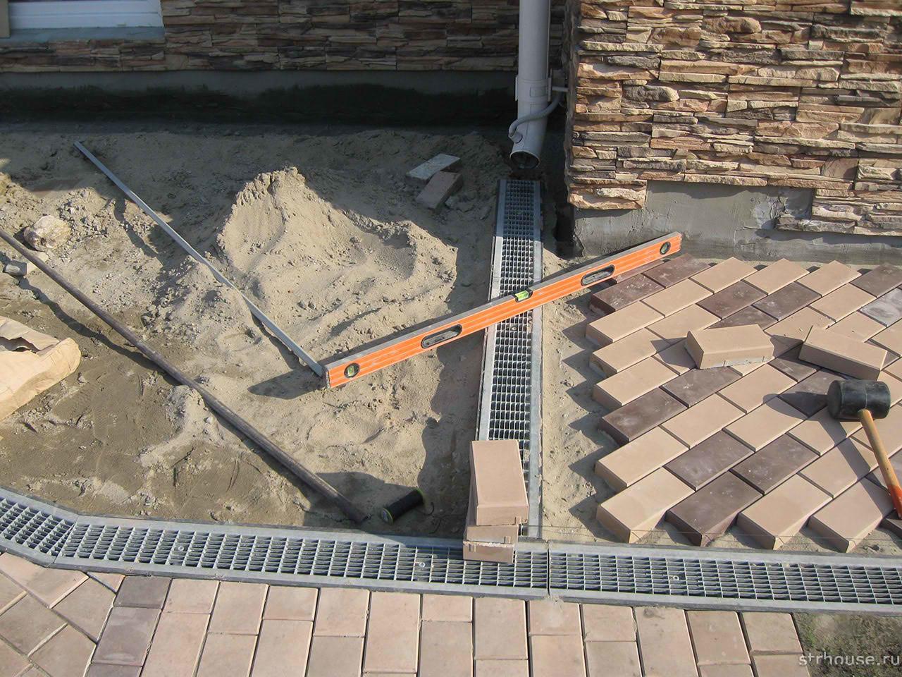 Укладка тротуарной плитки на отмостку