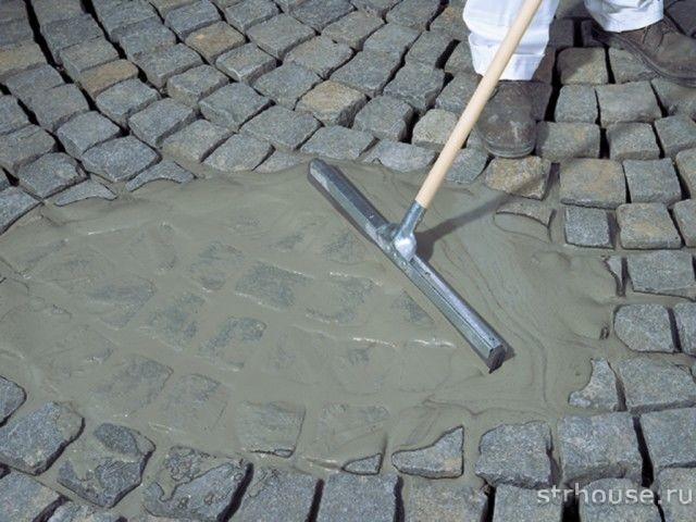 Заполнение швов тротуарной плитки в отмостке