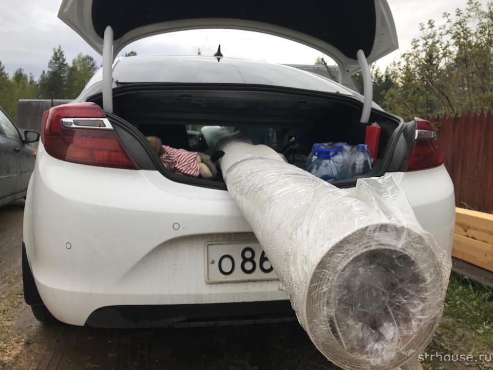Длинный рулон линолеума в багажнике