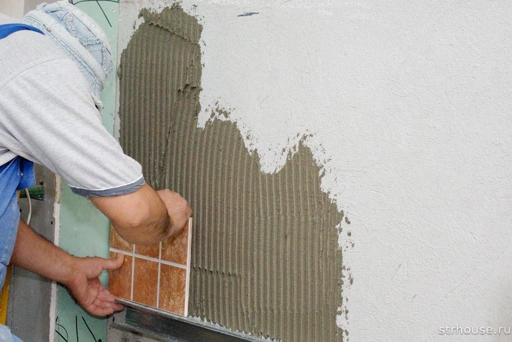 Укладка первой плитки на стену
