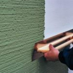 Как самостоятельно оштукатурить стены фактурной штукатуркой