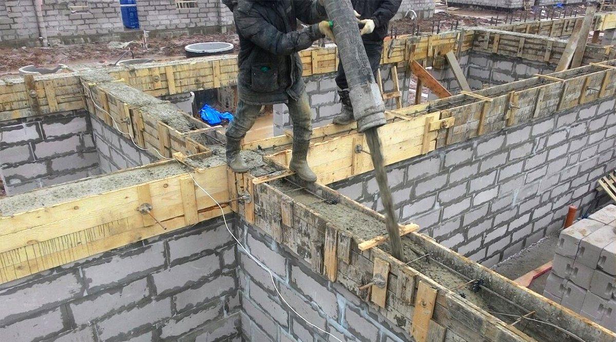 Заливка армопояса бетононасосом